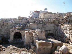 שרידי החפירה הארכיאולוגית על רקע בית בא-טוואני