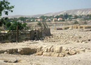 א-פצאיל על רקע בתי ההתנחלות תומר